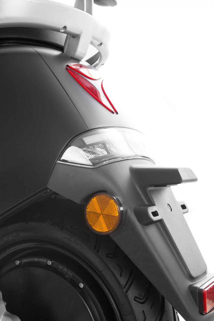 SXT Yadea G5 ESCG5.6 schwarz matt Beleuchtung Kennzeichenhalter