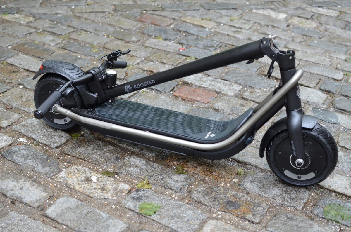 boosted rev trottinette electrique pliee rue